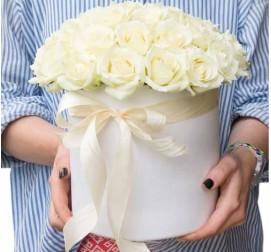 Белые розы в коробке 25 штук